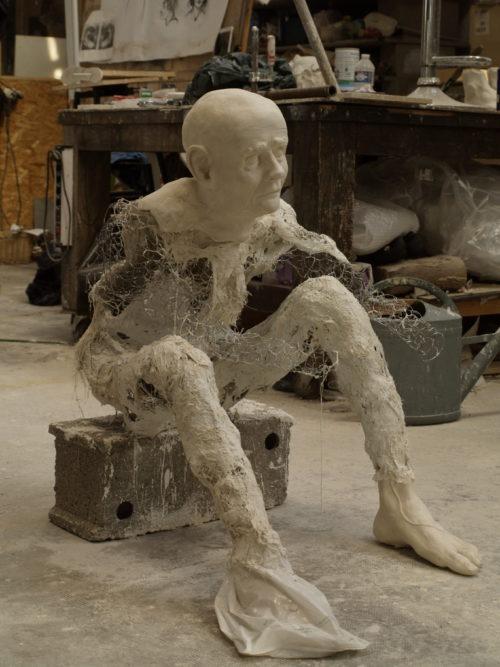 personnage en ciment et faïence